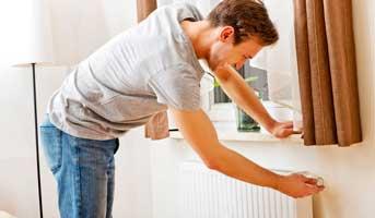 Installer un réflecteur de chaleur derrière ses radiateurs