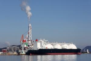 Réserves d'essence : l'Europe stocke son surplus sur des bateaux citernes